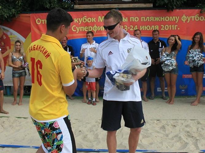 Дмитрий Бабанский получает приз лучшему голкиперу турнира из рук вратаря национальной сборной Андрея Бухлицкого