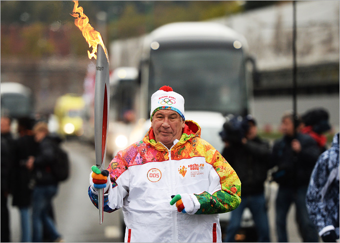 Шамиль Тарпищев во время эстафеты олимпийского огня