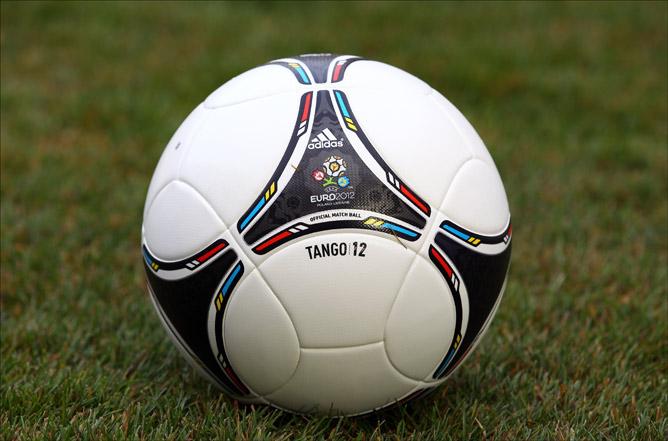 """официальный мяч Евро-2012 """"Адидас Танго 12""""."""