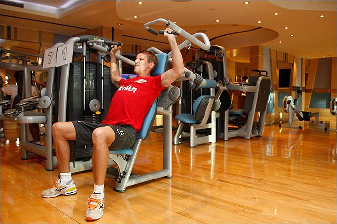 Заглянем в гимнастический зал. Неужели опять Комбаров работает? Он и так самый главный качок. Может, это не тот Комбаров?