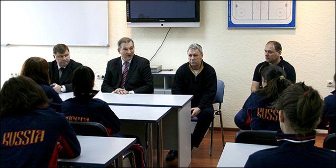 Президент ФХР Владислав Третьяк с женской хоккейной сборной России.