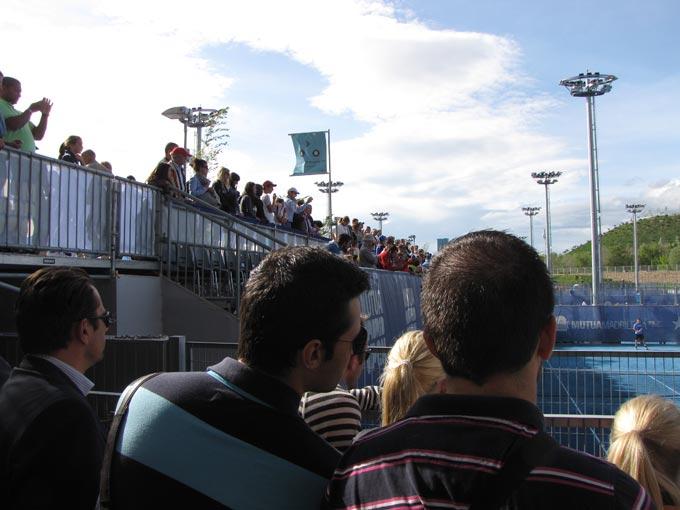 Зрители на тренировочном корте