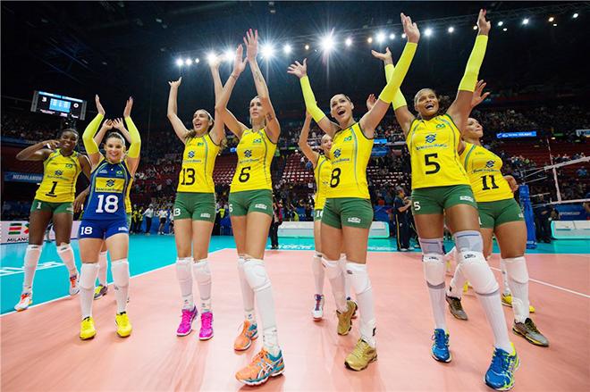 Сборная Бразилии празднует победу над китаянками