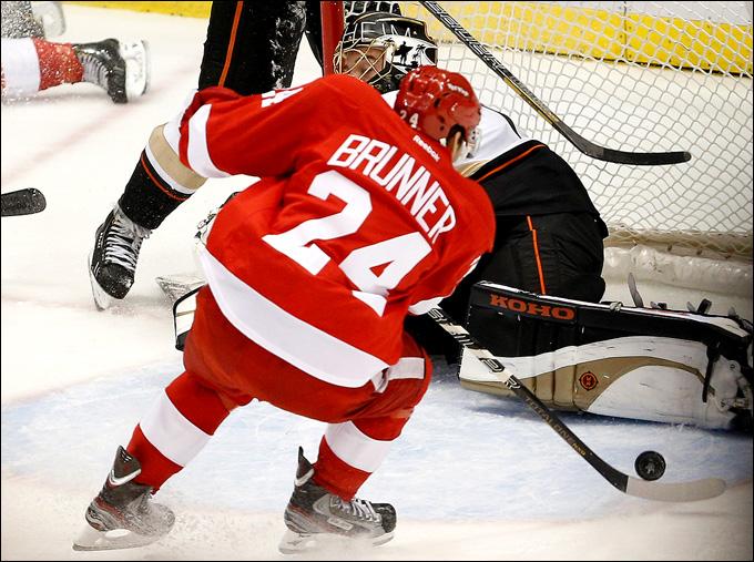 """6 мая 2013 года. Детройт. Плей-офф НХЛ. 1/8 финала. Матч № 4. """"Детройт"""" — """"Анахайм"""" — 3:2 (ОТ). Дамьен Бруннер забрасывает победную шайбу"""