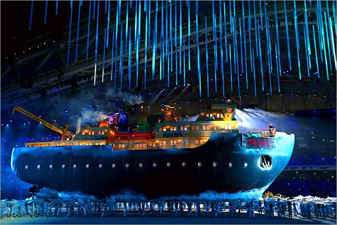 """Гигантский ледокол с певицей Марией Гулегиной на борту входит в """"воды"""" арены """"Фишт"""" во время церемонии открытия Паралимпиады"""