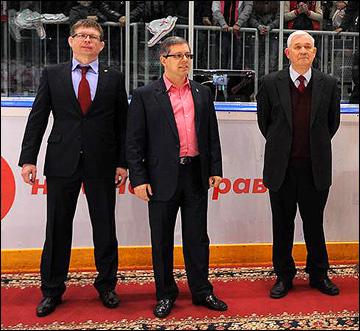Управляющий директор МХЛ Дмитрий Ефимов (в центре) на вручении Кубка Харламова
