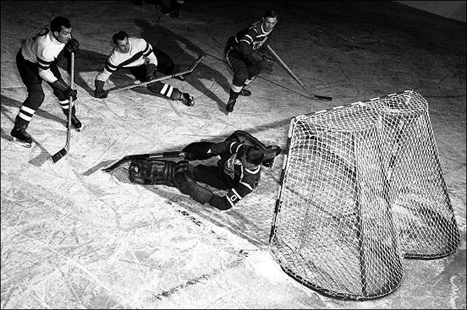 Осло. Олимпиада-1952. Ксавьер Унзинн (крайний слева) забрасывает шайбу в ворота сборной Канады