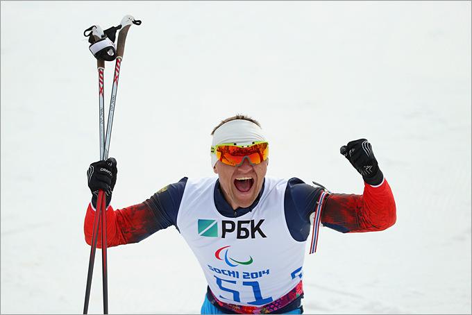 Россиянин Роман Петушков празднует победу на дистанции 7,5 километров в мужском биатлоне сидя