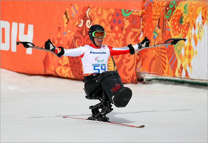 Канадец Джош Дук радуется завоеванию золотой медали в горнолыжном спорте