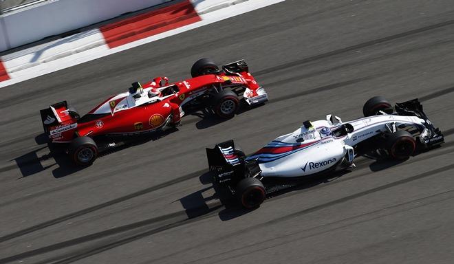 Валттери Боттас борется с Кими Райкконеном на Гран-при России
