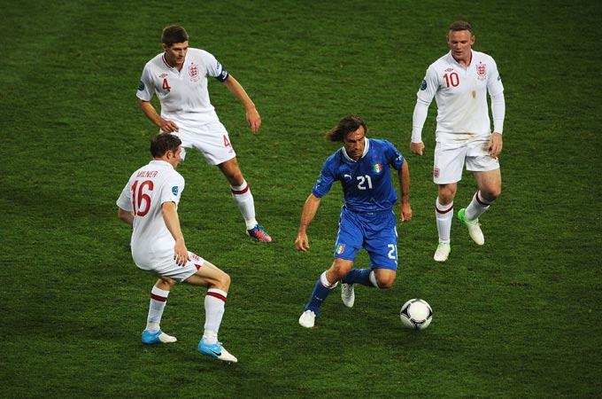 Андреа Пирло в окружении трёх игроков сборной Англии
