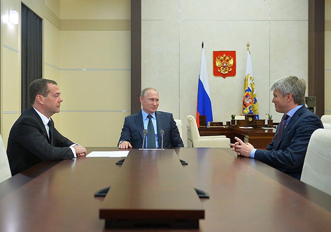 Дмитрий Медведев представляет Владимиру Путину нового министра спорта Павла Колобкова