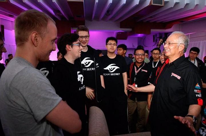 Team Secret и премьер-министр Малайзии Наджиб Тун Разак во время Malaysia Cyber Games