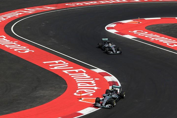 Льюис всю гонку был близок к Нико, но подобраться на расстояние атаки так и не смог