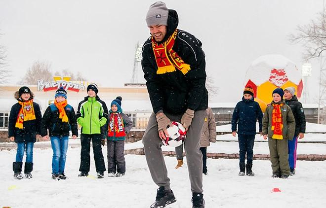 Футболисты «Арсенала» с детьми
