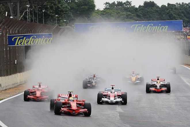 Старт Гран-при Бразилии-2008: Масса лидирует, Хэмилтон четвёртый