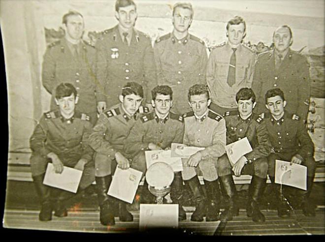 В армии. Тернавский — четвёртый слева в нижнем ряду
