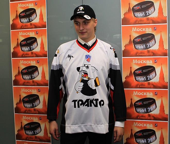 Шалунов в форме челябинского «Трактора» на драфте юниоров КХЛ 2010