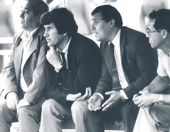 Адамас Соломонович Голодец (крайний слева) — на тренерской скамейке московского «Динамо». Середина 1980-х