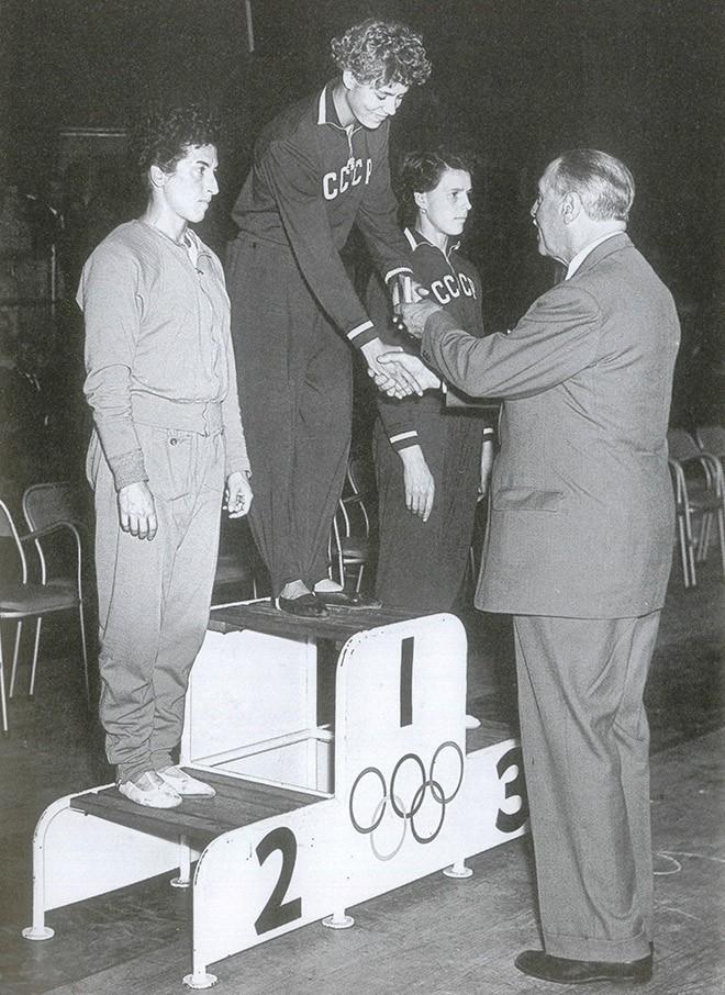 На олимпийском подиуме-1956 Лариса Латынина, Агнеш Келети и Софья Муратова