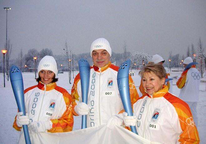 Лариса Латынина, Ольга Васюкова и Лев Россошик с олимпийским факелом Турина