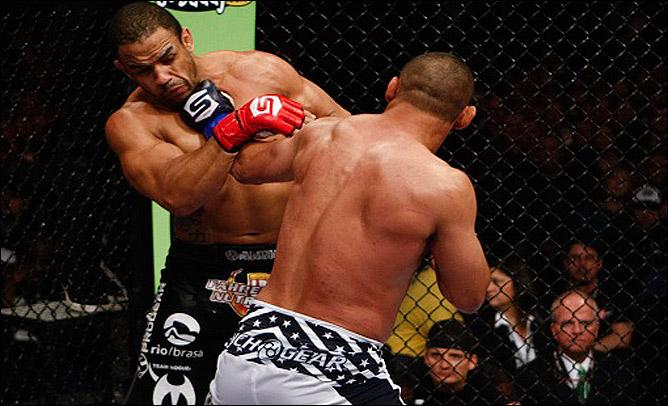 В своём последнем бою Хендерсон нокаутировал Рафаэля Кавальканте, завоевав чемпионский титул Strikeforce в полутяжёлом весе.