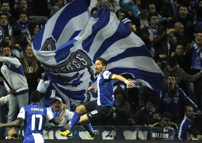 """Футболисты """"Порту"""" празднуют гол, ставший для их команды победным"""