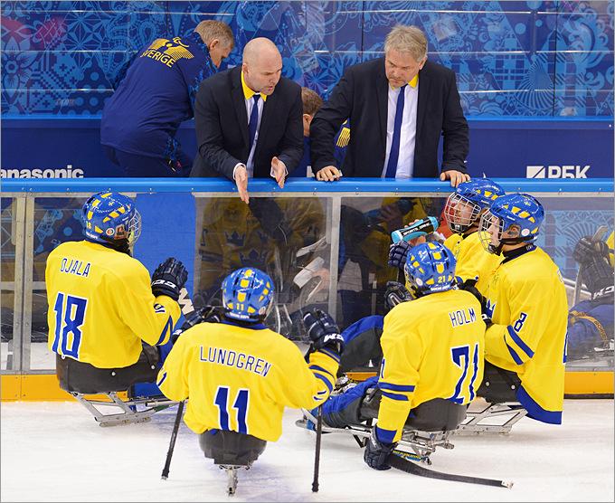 Тренер сборной Швеции по следж-хоккею Йорген Лундгрен наставляет своих подопечных в перерыве матча с командой Канады