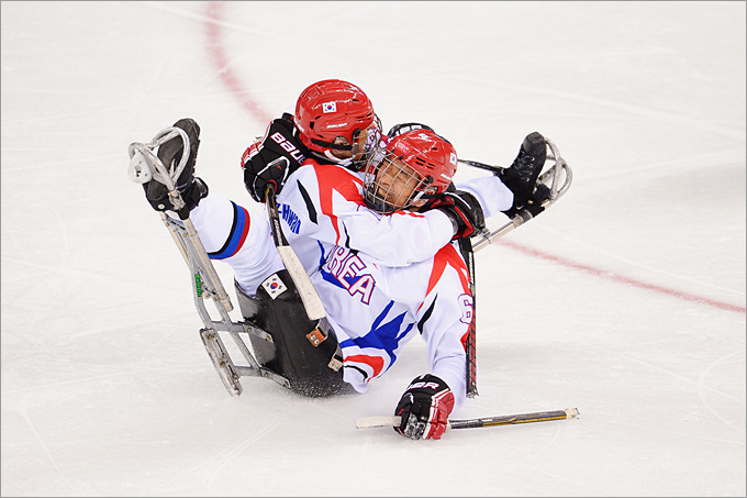 Корейские следж-хоккеисты празднуют гол, забитый Сонг-Хванг Юнгом в ворота сборной России