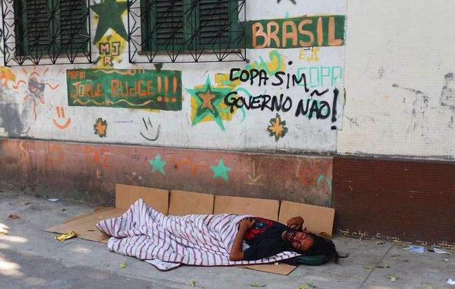«Спят себе прямо на улицах, в лохмотьях, под обшарпанными одеялах, на виду у многочисленных туристов»