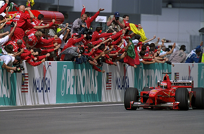 Эдди Ирвайн выигрывает Гран-при Малайзии