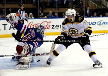 """21 мая 2013 года. Нью-Йорк. Плей-офф НХЛ. 1/4 финала. Матч № 3. """"Рейнджерс"""" — """"Бостон"""" — 1:2. Хенрик Лундквист отражает выход Тайлера Сегина"""