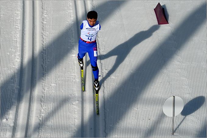 Хайтао Ду из Китая преодолевает дистанцию в 20 километров в лыжных гонках