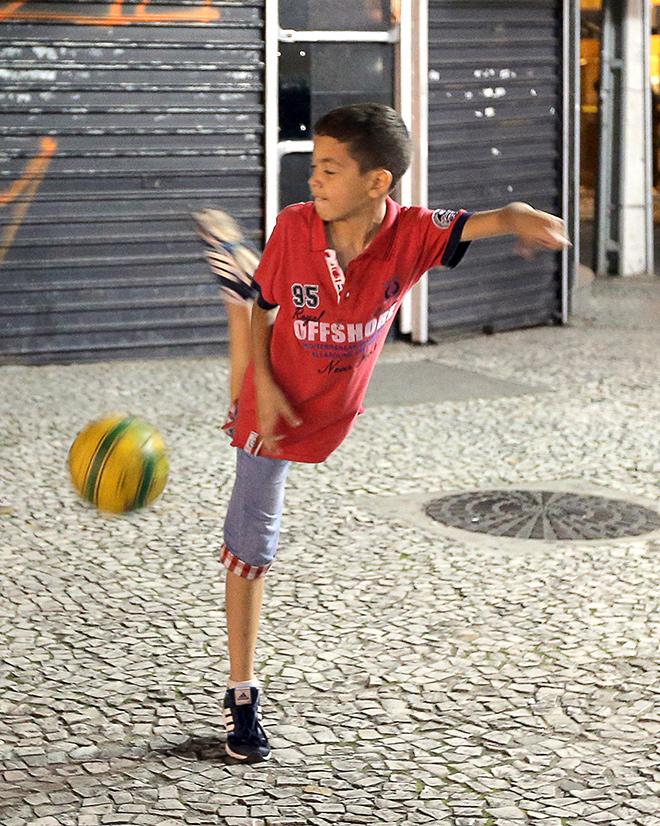 Рядом, на мостовой, мячом чеканили бразильские юнцы