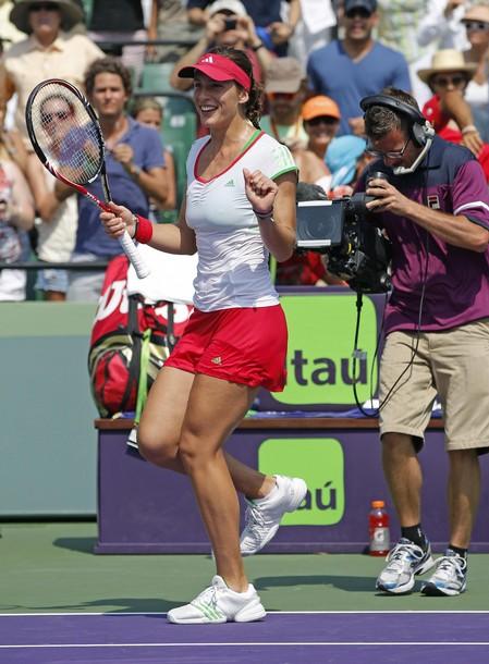 Андреа Петкович танцует джигу, отмечая победу над Каролиной Возняцки.