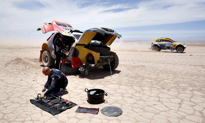 Сириль Депре чинит свой Peugeot 2008 DKR