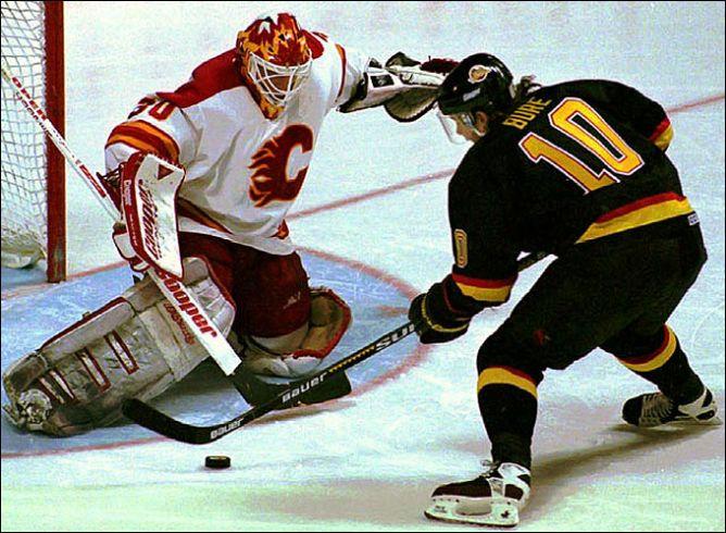 """Фрагменты сезона. """"Калгари Флеймз"""" — """"Ванкувер Кэнакс"""". В сезоне-1993/94 ярко вспыхнула звезда Павла Буре."""