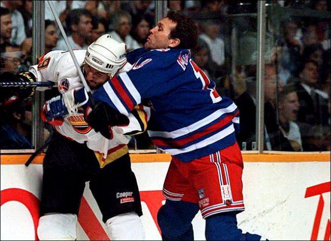 """Фрагменты сезона. В решающей схватке за Кубок Стэнли сошлись """"Рейнджерс"""" и """"Ванкувер"""". А в НХЛ еще оставались те, кто играли без шлемов."""