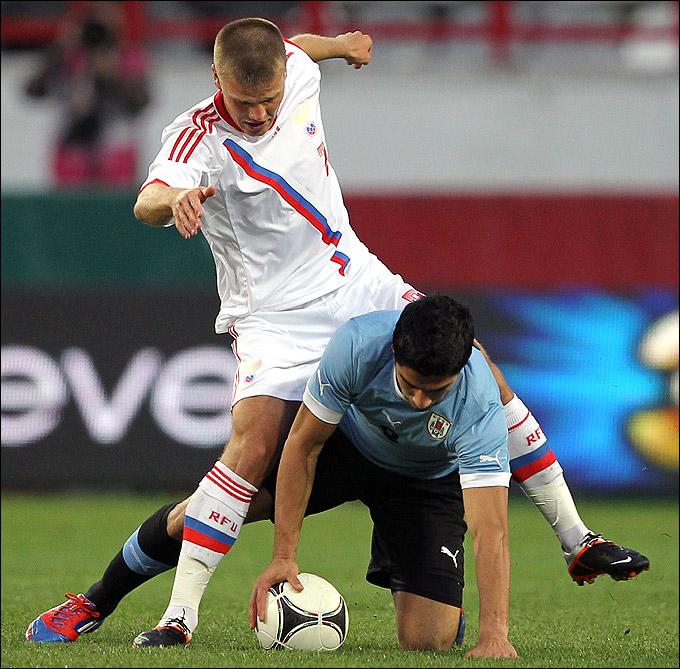 Игорь Денисов в игре против Уругвая