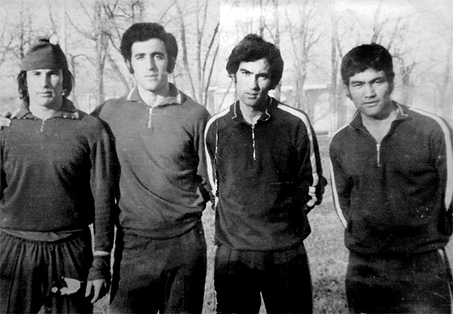 Курбан Бердыев в игроцкие годы (второй справа)