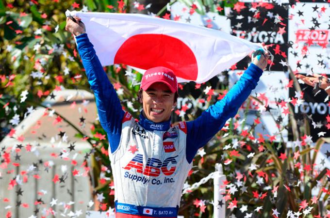 Такума Сато празднует первую победу в IndyCar