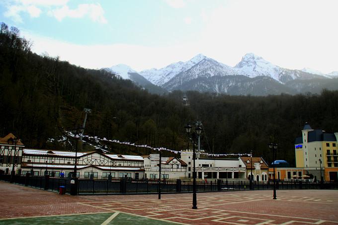 Вид на гору с центральной площади Роза Хутора
