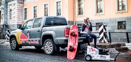 Н. Мартьянов и Volkswagen Amarok готовятся к заезду на вейкборде по замерзшим каналам Санкт-Петербурга