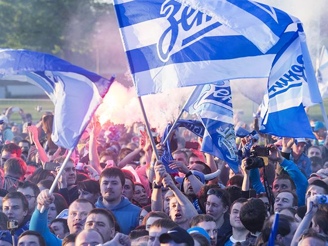 На стрелке Васильевского острова возле здания биржи организаторы установили сцену, возле которой собралось порядка пяти тысяч зрителей