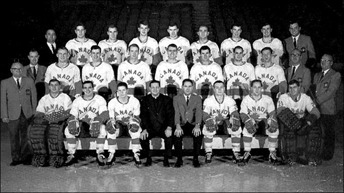 Сборная Канады 1967 года. Роже Бурбоннэ второй слева в первом ряду
