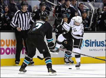"18 мая 2013 года. Сан-Хосе. Плей-офф НХЛ. 1/4 финала. Матч № 3. ""Сан-Хосе"" — ""Лос-Анджелес"" — 2:1 (ОТ). Майк Ричардс наносит бросок по воротам ""акул"""