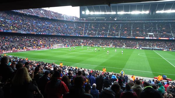 """В сердце """"Камп Ноу"""" соседствуют болельщики, туристы и просто праздные каталонцы"""