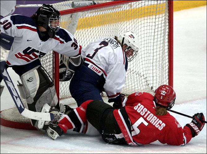 Топ-100 историй ИИХФ. История № 52. Женская сборная США - чемпион мира-2005. Фото 01.