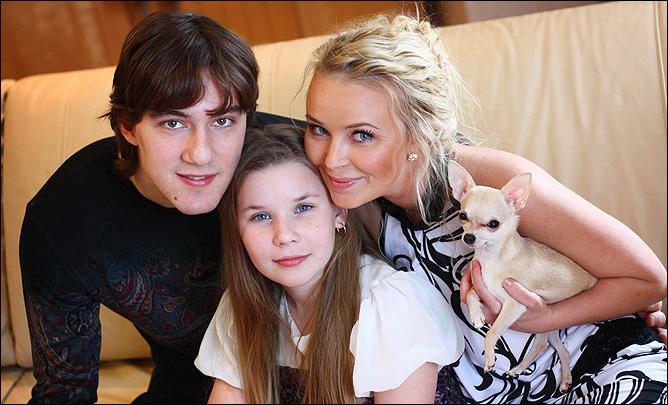 Никита Беспалов с женой Александрой и дочерью Ксюшей
