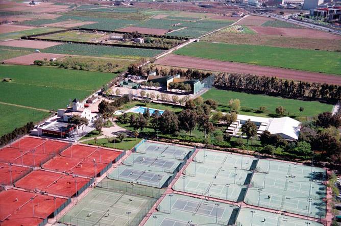 Местом расположения Академии была выбрана территория знаменитого комплекса Open Club в Барселоне.